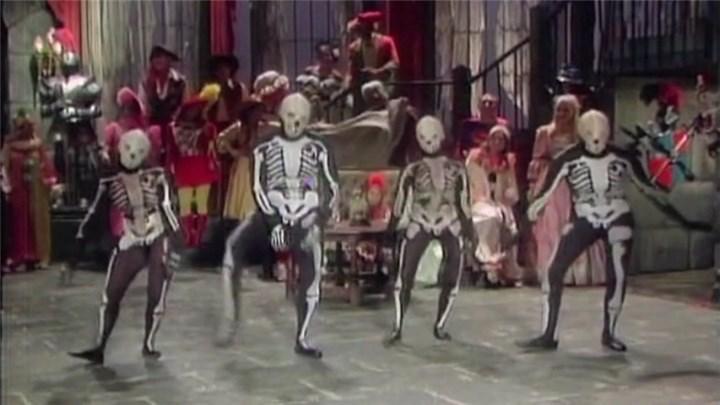 Skeleton-Farm-Halloween-Horrorshow_01